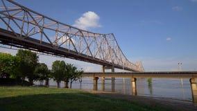 Martin Luther King Bridge au-dessus du fleuve Mississippi dans le Saint Louis de St Louis, Etats-Unis - 19 juin 2019 clips vidéos