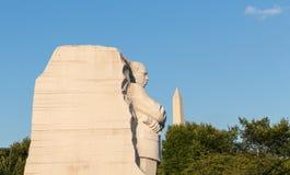 Martin Luther King und Washington Monument mit blauem Himmel Lizenzfreies Stockfoto