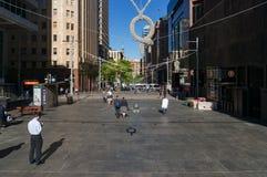 Martin Place morgens mit Mengen von Leuten Stockbilder