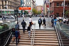 Martin Place, Sydney City, Australie, banlieusards le jour pluvieux Photos stock