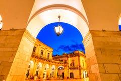 Martina Franca, Апулия, Италия: Взгляд ночи аркады Plebisci стоковое фото rf