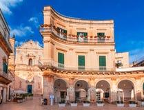 Martina Franca, Апулия, Италия: Взгляд ночи аркады Plebiscito и собора St Martin стоковое фото rf