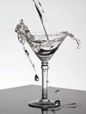 martini γυαλιού χύνοντας ύδωρ Στοκ Εικόνες