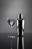 Martini γυαλί και δονητής στο γκρίζο υπόβαθρο Στοκ φωτογραφία με δικαίωμα ελεύθερης χρήσης