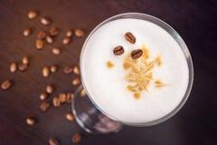 Martini καφέ γυαλί σε έναν σκοτεινό ξύλινο πίνακα στοκ εικόνα με δικαίωμα ελεύθερης χρήσης