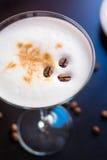 Martini καφέ φλυτζάνι σε έναν σκοτεινό ξύλινο πίνακα στοκ φωτογραφίες με δικαίωμα ελεύθερης χρήσης