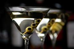 Martini κινηματογραφήσεων σε πρώτο πλάνο ποτά με το ραβδί στο φραγμό στο Μαύρο στοκ φωτογραφίες