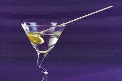 Martini κοκτέιλ με την πράσινη ελιά Στοκ Εικόνα