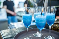 martini Alcoholdranken en cocktails op bar Gekleurd licht stock fotografie