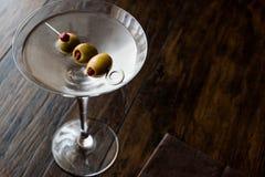 Martini asciutto classico con le olive Fotografie Stock Libere da Diritti