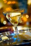 Martini auf einem silbernen Umhüllungtellersegment Stockfotos