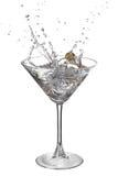Martini avec l'éclaboussure et l'olive Images libres de droits