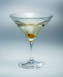 Martini avec l'olive d'isolement. vermouth Images libres de droits