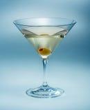 Martini avec l'olive d'isolement. vermouth Photos libres de droits