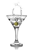 Martini avec l'olive et l'éclaboussure d'isolement Photo libre de droits