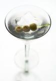 Martini avec l'olive sur la brochette de fantaisie Photo stock