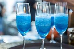 martini Bebidas y cócteles del alcohol en barra Luz coloreada Imagen de archivo libre de regalías