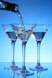 Martini che è versato in un vetro fotografia stock libera da diritti