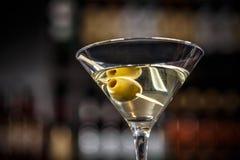 Martini-Cocktail mit grünen Oliven stockbild