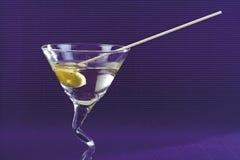 Martini coctail med grön oliv fotografering för bildbyråer