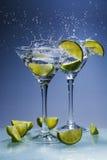 Martini coctail med limefrukt och färgstänk Arkivbild