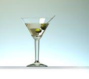 Martini coctail med två oliv Arkivbilder