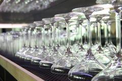 Martini coctailexponeringsglas uppställda på stången Royaltyfria Foton