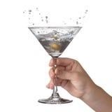 Martini con el chapoteo y la aceituna Imagenes de archivo
