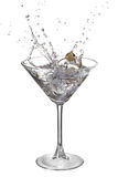 Martini con el chapoteo y la aceituna Imágenes de archivo libres de regalías