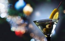 Martini con el limón y las aceitunas verdes fotos de archivo