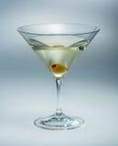 Martini con la aceituna aislada. vermú Imágenes de archivo libres de regalías