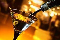Martini con la aceituna verde imagen de archivo