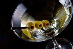 Martini con las aceitunas Imagen de archivo libre de regalías