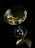 Martini con las aceitunas Foto de archivo libre de regalías