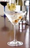 Martini con las aceitunas imágenes de archivo libres de regalías