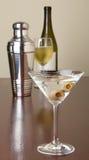 Martini con las aceitunas en barra imagen de archivo