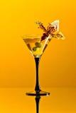 Martini con las aceitunas verdes foto de archivo libre de regalías