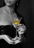Martini con una aceituna fotos de archivo