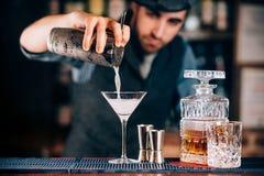 Martini drinkförberedelse Torra martini detaljer, slut upp av alkoholdrycken på stången Arkivfoton