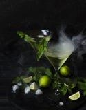 Martini eller mintkaramelllikör med limefrukt, selektiv fokus Royaltyfria Foton