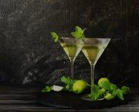 Martini eller mintkaramelllikör med limefrukt, selektiv fokus Royaltyfria Bilder