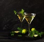 Martini eller mintkaramelllikör med limefrukt, selektiv fokus Arkivbilder