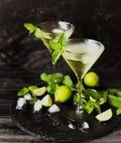 Martini eller mintkaramelllikör med limefrukt, selektiv fokus Royaltyfri Foto