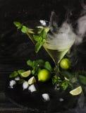 Martini eller mintkaramelllikör med limefrukt, selektiv fokus Royaltyfri Fotografi