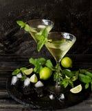 Martini eller mintkaramelllikör med limefrukt, selektiv fokus Royaltyfri Bild