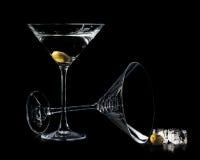 Martini en glaces de cocktail avec les olives et la glace d'isolement sur le bl Photographie stock libre de droits