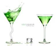 Martini exponeringsglas med plaskande gröna coctailar malldesign Arkivbild