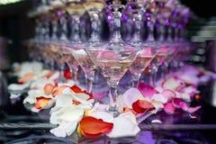 Martini exponeringsglas på den tjänade som tabellen i en restaurang Royaltyfria Foton