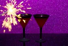 Martini exponeringsglas på svart exponeringsglasbakgrund Brännande Bengal brand är flamman av jul arkivbild