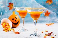 Martini för höstpumpa coctail med den halloween dekoren Arkivfoton